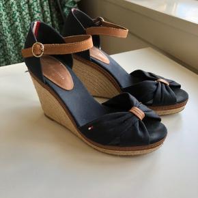 Super lækre sandaler i super god stand! Gode til både kjoler og bukser og virkelig rare i det gode sommervejr eller med en lille nylonstrømpe. Originalpris 1000kr
