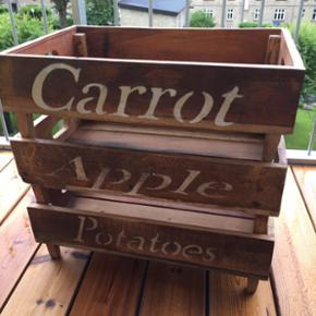 Æblekasser  Sælger disse 3 super moderne æblekasser.  De har kun været brugt som senge bord.  Nypris: 800