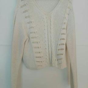 Lækker sweater i råhvid i blødt garn. Passer en str. M🌹   Byd gerne!! 🙋 Rabat ved køb af flere produkter - alt skal væk🌻  Skriv for flere billeder og information💌