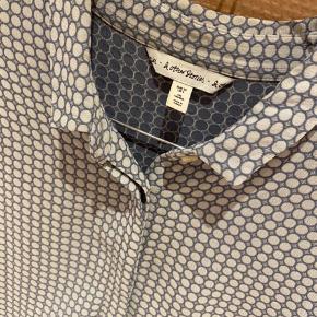 Smukkeste skjorte med skjulte knapper og 3/4 ærmer. Se vaskemærke med info på sidste billede. Passer en str 34-36. Brugt 1 gang  Giver gode mængderabatter 🌸