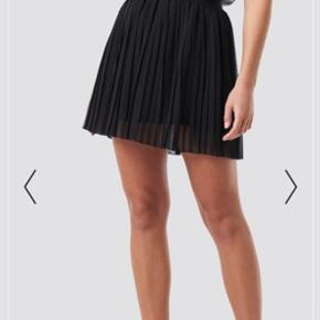 Sælger denne super fine nederdel fra na-kd i størrelse xs. Kun brugt en enkelt gang. Np er 269 kr