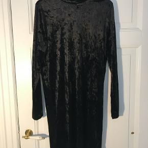 Sort velour kjole fra Pieces. Perfekt til f.eks. jul eller nytår lige om hjørnet.  Kig gerne på min profil, jeg har både puder, tøj, sko, tasker, træningstøj, undertøj, jakker og vægtæpper!  Laver gerne en god aftale hvis du er interesseret i flere ting :-)