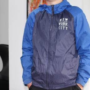 Fra ikke ryger hjem, flot drenge jakke str 152 / 10-12 år.  Vand afvisende , og lækkert materiale / sommer jakke.