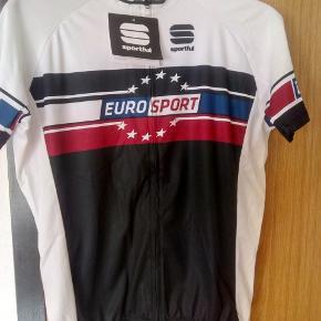 HELT NY Eurosport cykeltrøje fra italienske Sportful. Str. er XL men da mærket er italiensk er trøjen sikkert også ok til dig der bruger str. L Normal udsalgspris 499 kr.