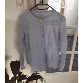 Fineste nålestribede skjorte fra Selected femme, med kinakrave. Rigtig fin stand-blot krøllet på billedet.  Kan afhentes i Århus eller Vejle, eller sendes med DAO:)