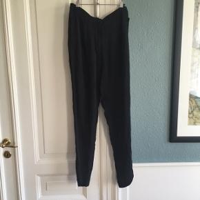 Sorte sommer bukser. 100% silke.  En anelse gennemsigtige i stoffet. De har lidt fnuller/ tråde ved lommer. (Se billede) ellers ingen tegn på brug. Ben længde: 77cm. - tajle: 40X2cm.