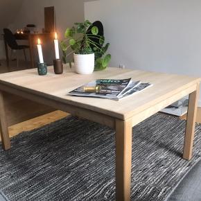 Lyst sofabord i træ.  Længde: 110 og kan yderligere forlænges 35, bredde: 75, højde på 53  Kom med et bud og se mine andre annoncer med møbler og boligtilbehør ✌🏽