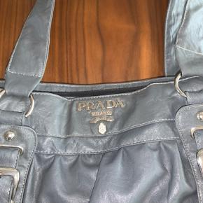Sælger min Prada taske, som er en dejlig størrelse. Der er en masse rum og perfekt som skole- eller idrætstaske. Den er købt for nogle år siden, og har ikke brugt den længe. Skriv pb, for flere billeder!🤩