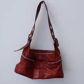 Esprit rød mellemstor lædetaske, meget blød. Brugt, men godt. Kun et mindre fejl på remmen, selve tasken fejler ikke noget. Kan sendes eller hentes i Kolding  Str.   L.: 40cm / H.: 22cm/B.: 12 cm Alle mine læder tasker sælges billigt!