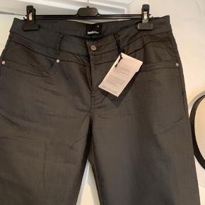 """Skøn buks model """"Tessa"""" Tight Fit Narrow Leg Livvidde  47x2 cm uden brug af de 4 % lycra 61% cotton 35% polyester"""