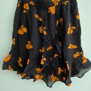 Super fin nederdel fra ganni. Super fin stand, dog er der få brugstegn, men ikke tydelige på nogen måde.
