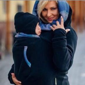 """Bærejakke sælges. Nypris 625 kr. Ikke brugt men vasket. Røg og dyrefrit hjem.    Perfekt til at beskytte dig og baby mod kulden. Den er lavet i fleece som er god til at regulere temperatur.   Det er let at have på, og du kan bære baby både foran og bagpå i denne trøje. Den har en speciel """"pung"""" hvor baby kan bære, med en hættte. Der er en lynlås i højre side af bæretrøjen, så den er nemmere at få af og på.   BEMÆRK: Denne trøje er ikke et produkt der kan bære babyen alene. Du skal bruge et bæreredskab til dit barn.   Kan sendes. Køber betaler fragt.   (Billede lånt fra Liams.dk)"""