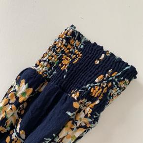 Super fin Pieces kjole med fint blomster mønster.  Kun prøvet på.