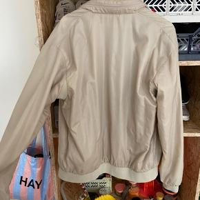 Vintage Lacoste jakke. Den har tegn på slid, men det er også en gammel jakke!  Den har en hul i ærmet (se billede) og et hul oppe i nakken, som jeg selvfølgelig sender billeder af, hvis der skulle være en interesse!   Men super sprød ellers! Man finder ikke sådan noget mere!