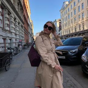 Sælger denne smukke Ganni trench-coat. Fejler ingenting. Kan bruges af en strl s-m, da båndet i taljen kan strammes efter behov ☺️