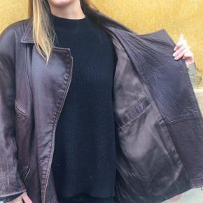 • 'Clan' Vintage Jakke. • Super lækker mørk brun læderjakke. Vintage, lavet af fåreskind, er i god stand.  • Det er i virkeligheden en mande jakke, men er blevet brugt som Oversize kvindejakke. • Sælger den da jeg har for mange frakker og jakker og prøver at få ryddet ud. Er dog rigtig glad for den, og er god til både vinter og efterår, da der er plads til de varme trøjer.  Str:  Mand: Small.  Kvinde: Large.  #trendsalesfund