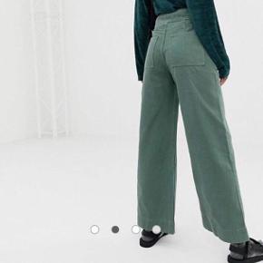 Grønne weekday bukser, økologisk bomuld. Brugt to gange, nypris 500kr.  Pris nu: 250kr. Der er en lille flænge foran ved skridtet Str 28