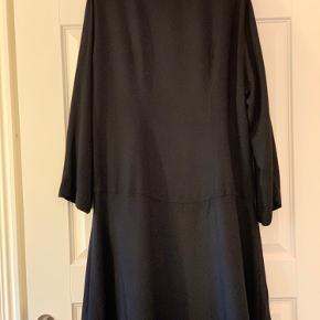 Fineste tunika/kort kjole med flæse . 100% viskose Brystvidden er 60 x 2 Længden er 90 cm