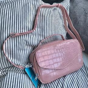 """💗Silfen Studio Emma Handbag💗 Helt ny taske fra Silfen Studio, aldrig brugt og har stadig prismærke på🤍 Modellen er """"Emma"""" og farven hedder """"Cherry Blossom""""🌸 Tasken har fire rum i alt🤍  Søgeord: håndtaske, skuldertaske, pink, silfen studio, handbag, crossbody, shoulder bag"""