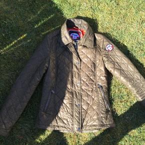 Varetype: Andet Farve: Armygrøn Oprindelig købspris: 2000 kr.  Lækreste figursyede jakke fra Pajar. Brugt men rigtig pæn og velholdt. Top lækker kvalitet
