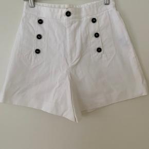 Smukke højtaljede Maud shorts fra Isabel Marant Étoile, brugt 2 gange.   Har en lille plet bagpå på venstre ben (se billede 3) - ellers i perfekt stand!   Fransk str. 40, svarer til en str. 38/M   100% bomuld