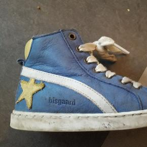 En god høj sko med lynlås i siden og snørebånd. Tåler vand. Især snuden er noget slidt men kan sagtens klare endnu en sæson.