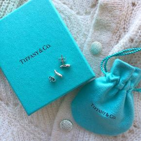 Tiffany & Co. ørestikkere i sterlingsølv. Købt i USA, kvittering haves desværre ikke. De er stemplet bag på øreringen, men er svært at få et godt billede af. Æske og pose medfølger ved køb 💙