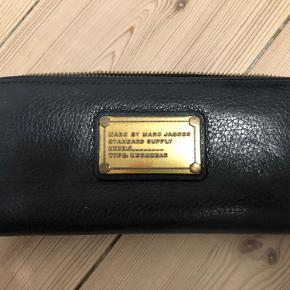 Lækker pung fra Marc by Marc Jacobs. Helt intakt uden større ridser og skrammer.  Guld-detaljer og smuk blå farve.