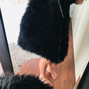 Stella McCartney Falabella Big Tote limited edition, modellen hedder Alaska Fur  Brugt få gang Stor og rummelig   Kommer med dustbag og kort.  Er selvfølgelig ægte og har selv købt den fra ny. Har blandt andet kunne købes hos Nieman Marcus og mytheresa.com  Nypris 9.800 kr.