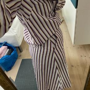 Resume tacey nederdel i farven Lavender med guld, nederdelen er 100% bomuld og har en skjult lynlås bagpå samt skjulte sidelommer foran.  Respekter venligst at jeg ikke bytter og køber betaler porto samt gebyr ved tspay.