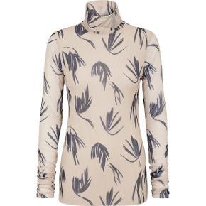 Fin bluse med turtleneck fra Just Female Aldrig brugt  Nypris 650,00 DKK Bytter ikke  Se også mine andre annoncer 🌻