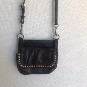 Fin lille skind taske (man kan vende den den ene side er større end den anden, men ellers ens!) til mobil tlf mm remmen kan tages af , og magneter der lukker både for og bag   #30dayssellout