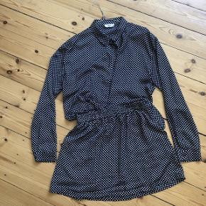 Envii sæt nederdel og skjorte i fin stand. Str M. 150kr fast pris.