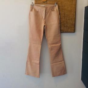 Tommy Hilfiger nude læderbukser med lidt flare. Str 36. Nypris 2900