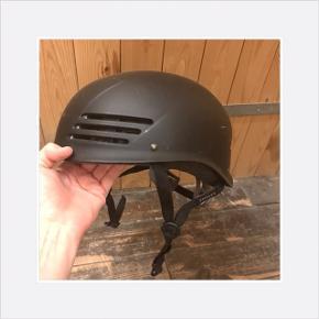 Mangler skumgummi forrest i hjelmen. Se sidste billede. Det kan nemt købes hos en cykelhandler. Hjelmen har få ridser, men har aldrig været udsat for fald.
