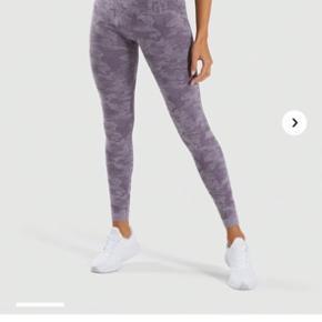 """Camo Seamless leggings i """"Lavender"""". Brugt under 5 gange, sælges fordi farven ikke passer mig. Vasket kun på 40 grader og med Rodalon Sportsvask. Bytter ikke. Kan afhentes i Odense C ellers betaler køber fragt. Har også matchende længeærmet croptop til salg."""