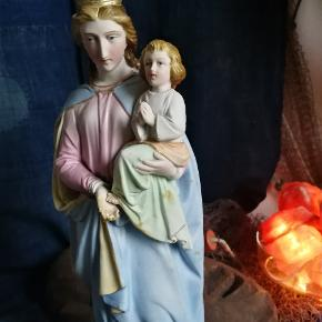 Smuk Madonna /jomfru Maria i porcelæn.. Hun er vintage og har brugsspor.. Så god vintage stand. Måler ca 40 cm i hj.