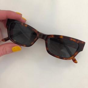 UNISEX   Sælger Han Kjøbenhavn solbriller da jeg har fået nogle andre. Nypris 1000kr  Modellen hedder Moon Amber