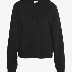 Oversize plane sort hoodie fra weekday. Slidt men ikke nogle skader. Hygge trøje og behagelig at have på. Metallet af snoren er klippet af og så jeg jeg selv lavet knuder, hvis du er interreseret kan jeg sende fotos privat.