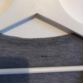 Fin Brandy Melville t-shirt  Dyb v-hals Matcher godt med en flot bralette 👙