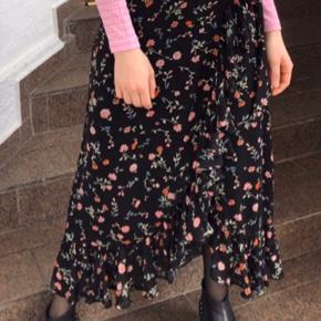 Ganni Elm Georgette Lang Sort Nederdel   Gannis skønne slå om nederdel i et fint sort print med små blomster detaljer. 100% Viskose Normal pasform Brugt en gang til fest Bud er velkommen😊