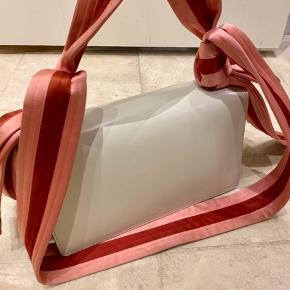 Overvejer at sælge min fine Gucci taske da jeg ikke får den brugt. Den er købt af en bekendt  Har ingen kvittering men ægthedsbevis ligger ved og personen jeg har købt den af har arbejdet i gucci.   Kom gerne med et bud.