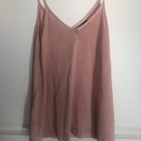 Skøn rosa top - lidt metallisk i farven