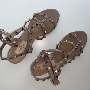 """Valentino Garavani - Rockstud Caged Sandal str. 37 1/2  Farven på skoene er """"Poudre""""- Jeg ville beskrive den som en rigtig flot lyserød/beige farve  Skoene er brugt en enkelt gang, og de er derfor næsten så gode som nye.  Skoene er købt i Illum i København, i marts 2019. De har som sagt kun været brugt en enkelt gang, og de har ellers været opbevaret i skoæsken.  Jeg har både skoæsken, dustbag og kvitteringen fra skoene.  Nypris var 5.730kr Mp er 5.000kr  Skriv gerne en besked ved interesse."""