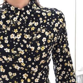 Rigtig fin mango-kjole med bindebånd. Blomsterprint. Knap ved halsen, så udskæringen kan være dyb eller helt lukket. Se billeder   Ingen slidtage - helt som ny.