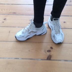 Nike sneakers Str 39 Indvendig længde: ca 25,5 cm  Lid slid i siden indeni. Lidt nus på flap.  Sender med DAO. Køber betaler porto. Kan evt afhentes hos mig i København K aften/weekend ved forudbetaling