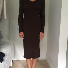 Brune stram midi lang kjole fra H&M trend med lange ærmer. Jeg har aldrig brugt den. Kom med et bud!