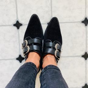 Flotteste sko fra Toga Pulla. Jeg har brugt dem 2 gange til hhv. bryllup og en middag. De fejler absolut intet og er så gode som ny. På billedet ser spænderne en smule misfarvet ud, men de er altså helt sølv, jeg kan bare ikke fange farven ordentligt. Nyprisen er over 2000kr, så min mp. Ligger på omkring 800kr. BYD gerne