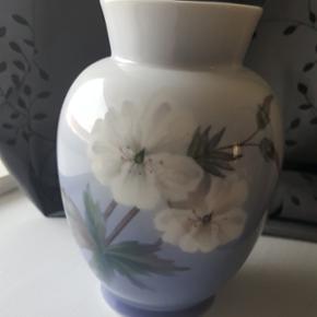 Super flot vaser fra Royal Copenhagen  1. sortering og 17,5 cm høj  Tryk på mit navn for at se resten af mine annoncer 🌞