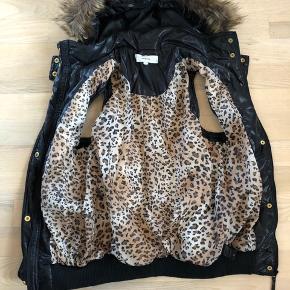 Super fed vest med leopardskind indvendigt og pels på hætten. Der er lommer i og passer perfekt med det rette outfit 🤗  Jeg har kun haft den på et par gange, men er ikke lige min stil 🤫😜